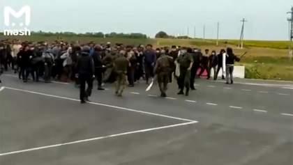На кордоні Росії та Казахстану спалахнули сутички між Росгвардією та мігрантами: відео