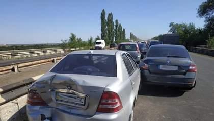 Під Миколаєвом зіткнулися аж 9 автомобілів – серед постраждалих є дитина: фото, відео