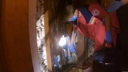 В Хмельницком женщину прижало мусором в собственной квартире: видео