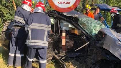 Смертельное ДТП под Киевом: 3 погибших, много пострадавших – фото