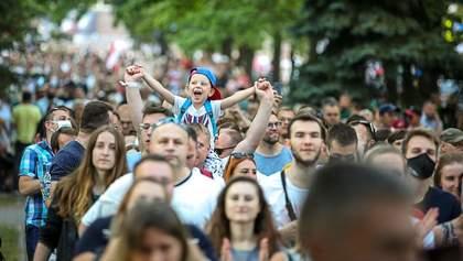 Під час виборів головна конкурентка Лукашенка зібрала багатотисячний мітинг: фото