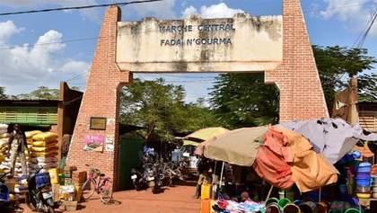 В Буркина-Фасо группа боевиков расстреляла людей на рынке: по меньшей мере 20 погибших
