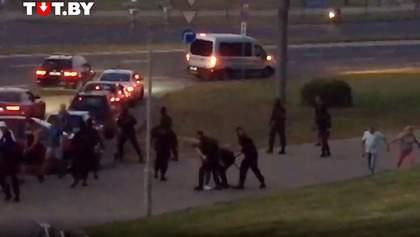 В Минске люди избили Омоновцев: силовики применили светошумовые гранаты и водометы– видео