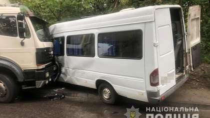 В Днепре грузовик протаранил маршрутку: есть пострадавшие