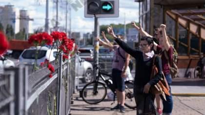 ОМОН разгоняет людей, которые несут цветы на место погибшего митингующего в Минске