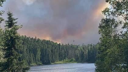 Масштабна лісова пожежа у Канаді: свої домівки можуть полишити тисячі людей – фото, відео