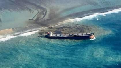 Японський танкер сів на мілину в Індійському океані: частина нафти опинилась у воді – фото