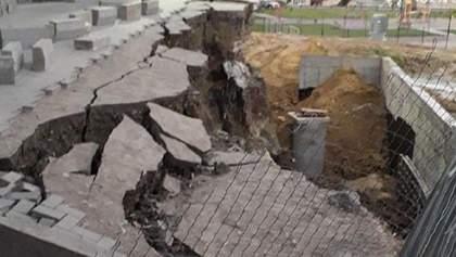 У Хмельницькому під житловим будинком утворилося величезне провалля: фото, відео