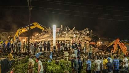 Впав, немов картковий: в Індії розвалився п'ятиповерховий будинок, збудований лише 10 років тому