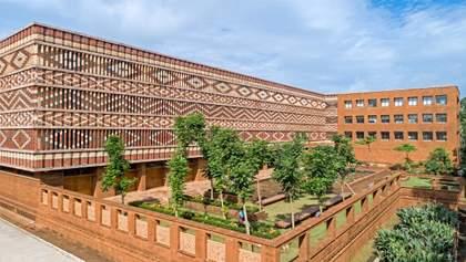 Кольоровий фасад: в Індії урядова будівля отримала яскравий цегляний фасад – неймовірні фото