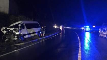 На Львівщині зіткнулися два Mercedes: машини розтрощені, багато постраждалих – фото