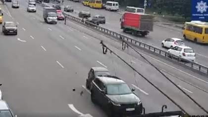 У Києві п'яна водійка на Smart влетіла у Land Rover: відео зіткнення