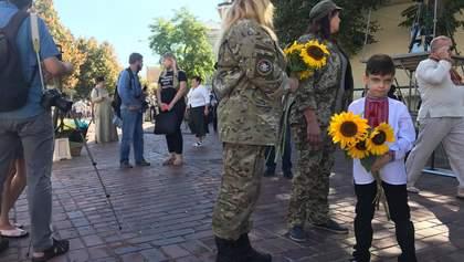 Українці вшанували загиблих захисників у Києві: зворушливі фото, відео