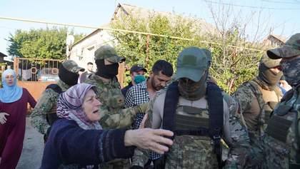 Массовые обыски у крымских татар: силовики ФСБ снова ворвались в дома активистов – видео, фото