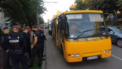 У Луцьку троє чоловіків підрізали маршрутку та побили водія: відео