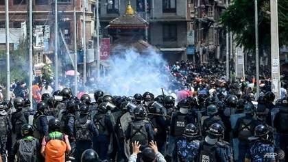Порушили карантин: у Непалі сльозогінним газом і водометами розігнали вірян – фото