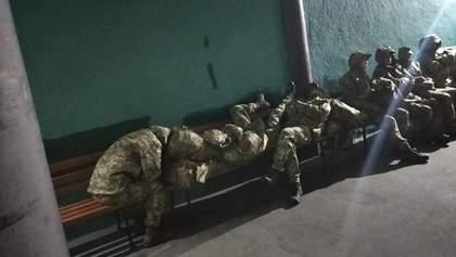 Спали на вокзале: в Черкассах не смогли найти ночлег для военных