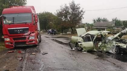 На Миколаївщині зіткнулися вантажівка й легковик: серед постраждалих двоє немовлят – фото