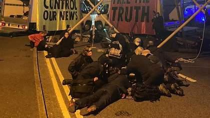 Экоактивисты блокировали газетные типографии в Британии: есть арестованные - фото
