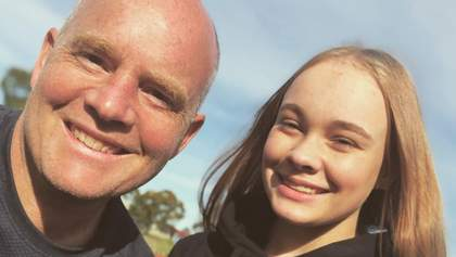 Отец пытался повторить за дочкой гимнастические упражнения: забавное видео