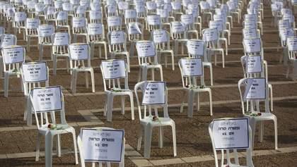 Тисяча порожніх стільців з трояндами: вражаючу акцію влаштували на честь загиблих через COVID-19