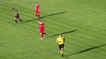 Футболисты вместо вратаря: в Польше клуб придумал необычный способ отражения штрафных – видео