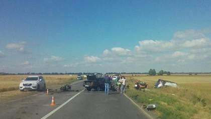 На Київщині сталася ДТП за участю трьох автівок та мотоцикла: є загиблі та поранені