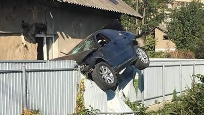 В Черновцах полицейский на BMW влетел в забор и завис на ограде: фото и видео