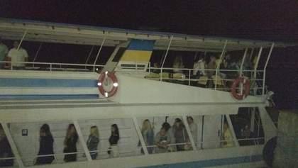 На Дніпрі через поломку двигуна зупинився теплохід із 77 пасажирами на борту: фото