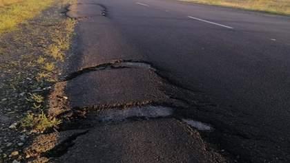 Разрушенная дорога под Запорожьем: подрядчик отрицает свою причастность