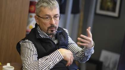 Неизвестный бросил яйцом в Александра Ткаченко: видео
