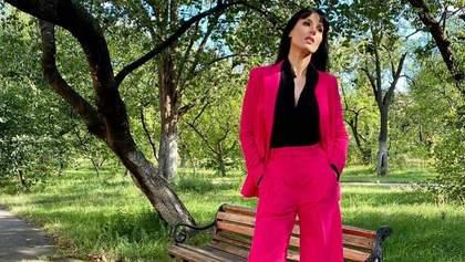 У рожевому костюмі: Маша Єфросиніна зачарувала трендовим образом