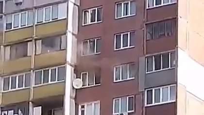 На Троєщині спалахнула пожежа у багатоповерхівці: відео