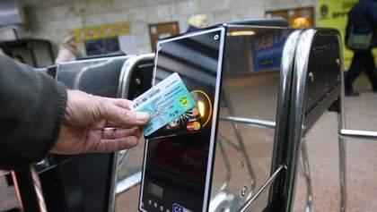 У Київському метро можна буде розраховуватися карткою: замінять турнікети на 15 станціях