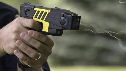 Электрошокеры вместо полицейских дубинок: уменьшит ли это количество травм среди задержанных