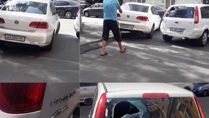 У Києві неадекватний чоловік розбив чужу машину ногами