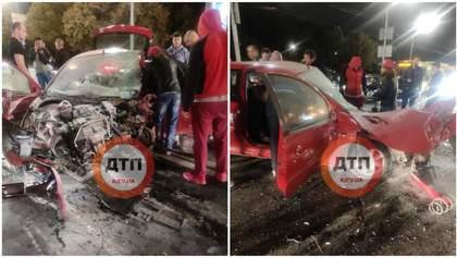 Авто у мотлох, багато постраждалих: ДТП на Дружби Народів у Києві – фото й відео