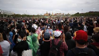 Примерно 20 тысяч человек вышли на антиправительственные протесты в Таиланде: видео