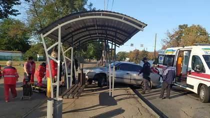 Машина врезалась в остановку, на которой стояли люди: детали инцидента, фото
