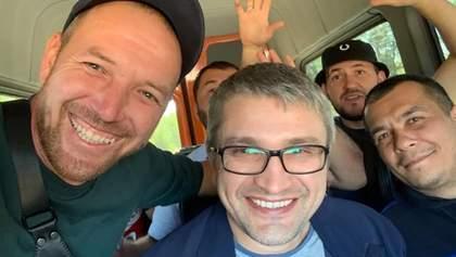 Кримський політв'язень Мемедемінов вийшов на волю: його зустріли друзі та дипломати – фото