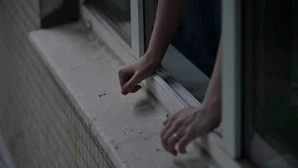 В Киеве женщина среди бела дня выпрыгнула из окна и разбилась: фото +18
