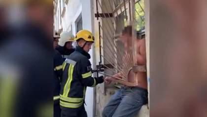 Епічна невдача: чоловік застряг у решітці вікна, бо протяг закрив двері до його квартири – відео