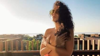 Прикрыла обнаженную грудь руками: Настя Каменских позировала обнаженной на балконе – фото 18+
