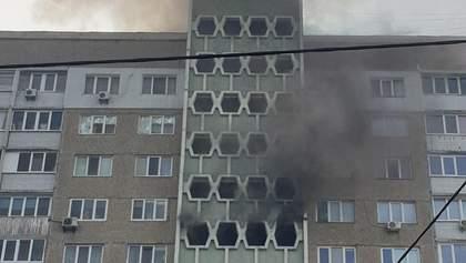 У Києві трапилася пожежа в житловому будинку: фото й відео