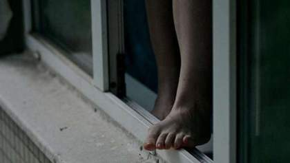 Школьница выпала из окна многоэтажки: неподалеку нашли ее тетрадь с плохими оценками
