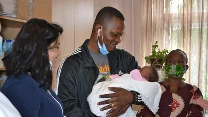 Іноземець забрав новонароджену доньку після смерті дружини в Тернополі: зворушливі фото