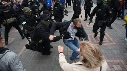 В Гомеле ОМОН жестко разгоняет митингующих: в ход пошли свето-шумовые гранаты