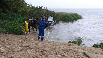 На Київщині перевернувся човен: на борту було 9 людей