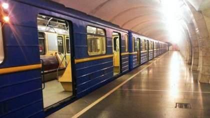 В Киеве возобновили движение на зеленой ветке метро: останавливали, ибо под поезд попал человек