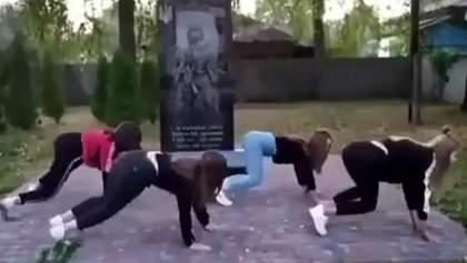 Тверк возле памятника погибшим воинам: на инцидент отреагировали в полиции и МВД